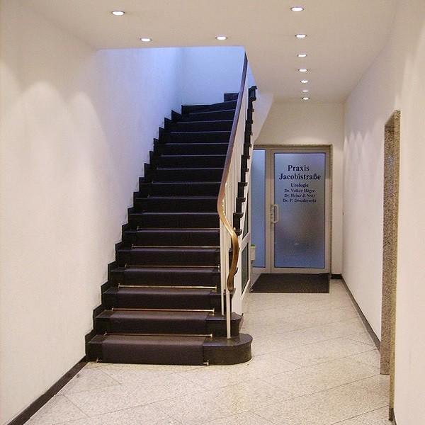Jacobistraße Innenansicht Blick auf Treppenaufgang und Eingang Praxis