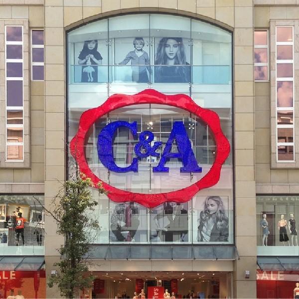 Ausschnitt Fassade C&A Schadowstraße mit Logo im Blick