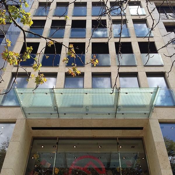 Königsallee 88 Fassade mit Glasvordach von unten aufgenommen