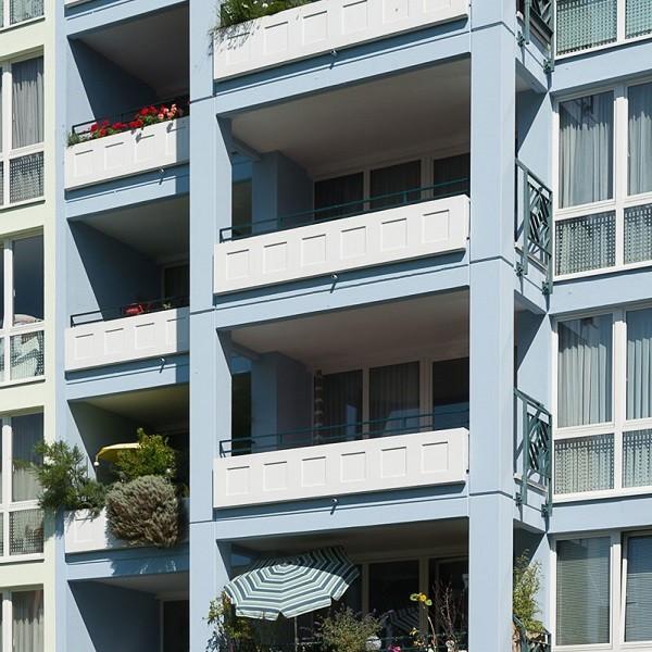 Prinzenpark Ausschnitt Fassade mit bepflanzten hellblauen Balkonen