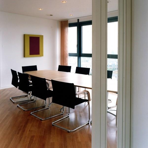 Prinzenpark Innenansicht kleiner Konferenzraum mit Holzboden und schwarzer Bestuhlung