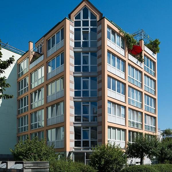 Prinzenpark Fassadenansicht Eckwohnhaus mit begrünten Dachpergolen