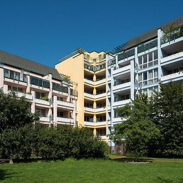 Prinzenpark Ansicht Fassade Wohnhäuser in Pastellfarben vom Park aus betrachtet