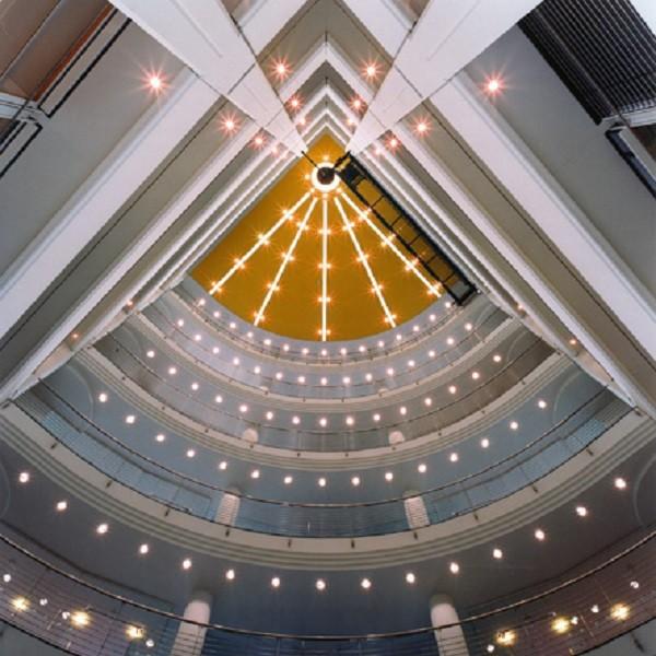 Prinzenpark Innenansicht Eckgebäude Blick von unten in Treppenaufgang zeigt Lichterhimmel mit Farbverlauf von Blau nach Gelb