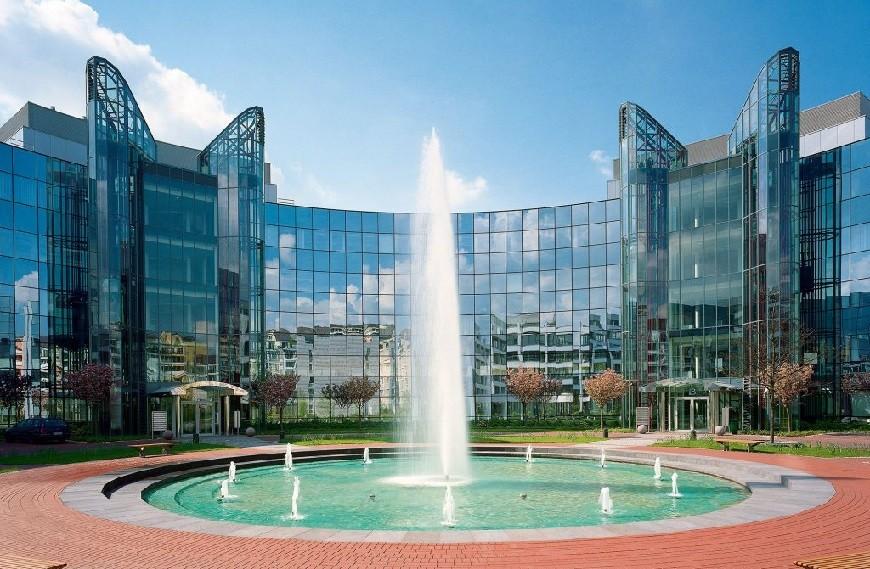 Prinzenpark Blick auf gläserne Fassade Rundgebäude mit Brunnenanlage und Fontaine davor