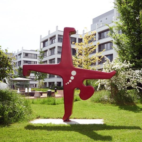 Prinzenpark sculpture Düsseldorfer Radschläger in red