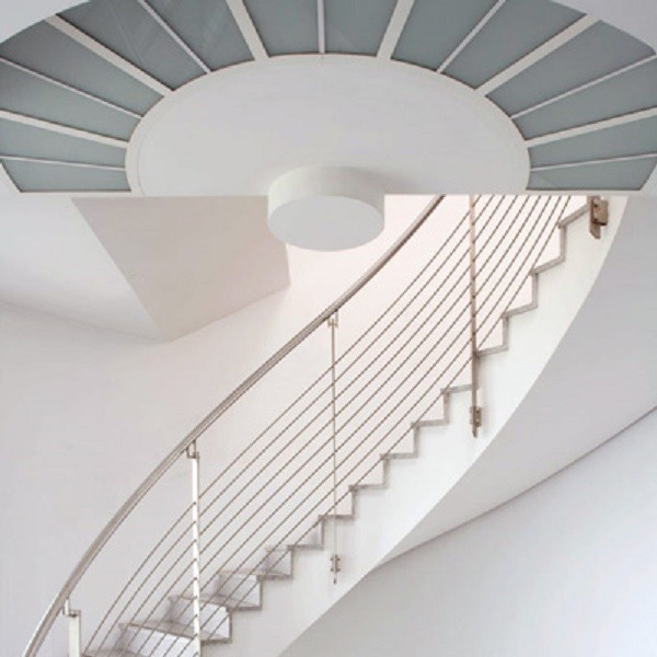 Prinzenpark Innenansicht Detail Treppenaufgang mit Edelstahlgeländer und Deckengestaltung