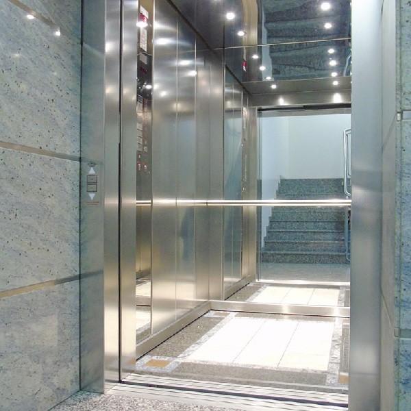 Schadowstraße 84 Innenansicht Blick in Spiegel des Fahrstuhls aus Edelstahl mit hellem Granitboden
