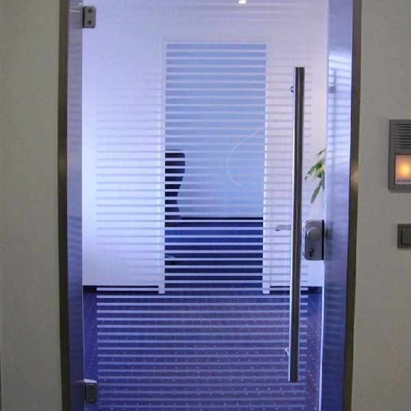 Schadowstraße 84 Innenansicht Detail Büroeingangstüre aus Glas und blauer Teppichboden