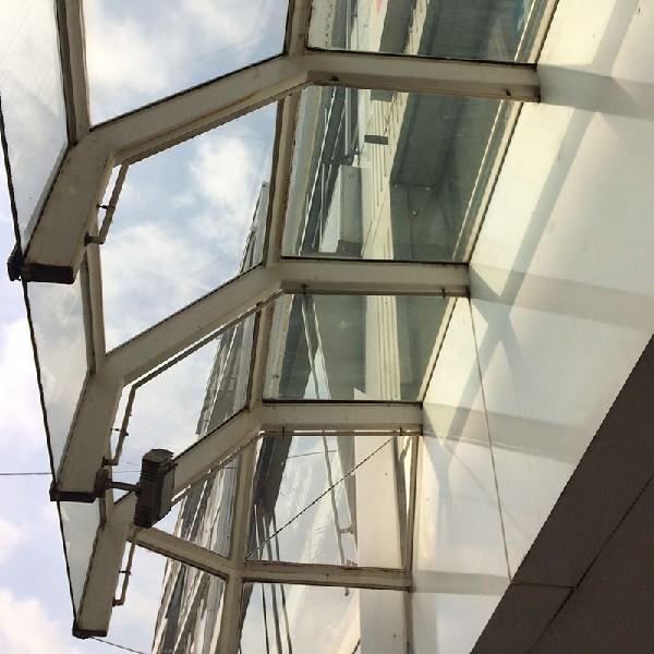 Schadowstraße 84 Detail Fassade Blick auf gläsernes Vordach von unten aufgenommen