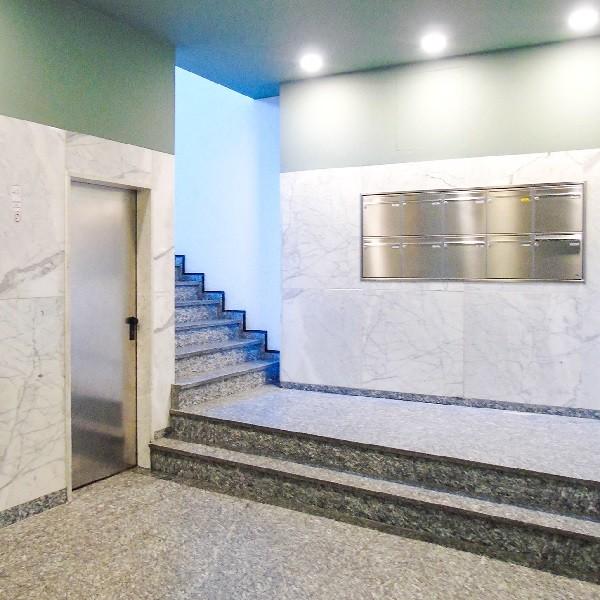 Schadowstraße 86-88 Innenansicht Eingangsbereich mit Treppenaufgang Blick auf Briefkastenanlage in Edelstahl