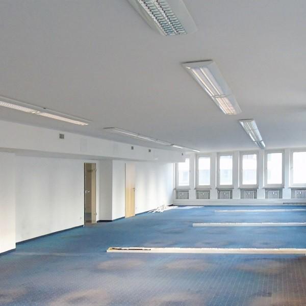 Schadowstraße 86-88 Innenansicht Großraumbüro mit blauem Teppich und Holztüren