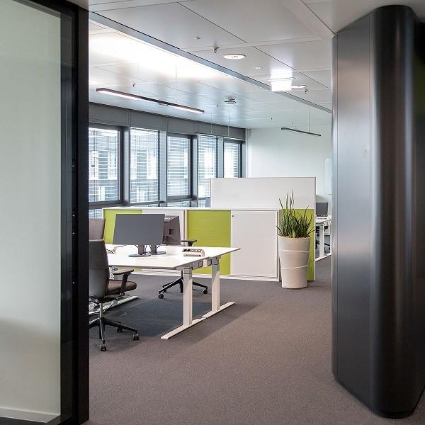 Triangulum Blick in Großraumbüro eingerichtet in zeitgemäßem Design in Weiß und Grün