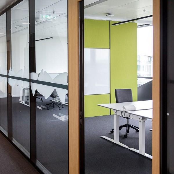 Triangulum Innenansicht Ausschnitt Flur mit Blick in Büros