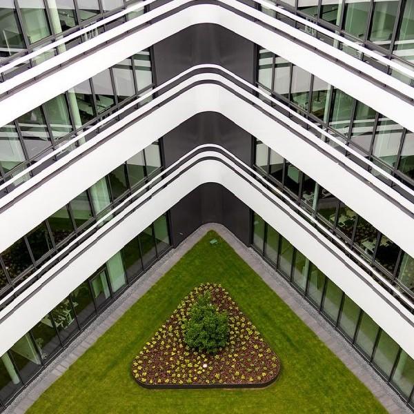 Triangulum Blick in begrünten Innenhof von oben gesehen