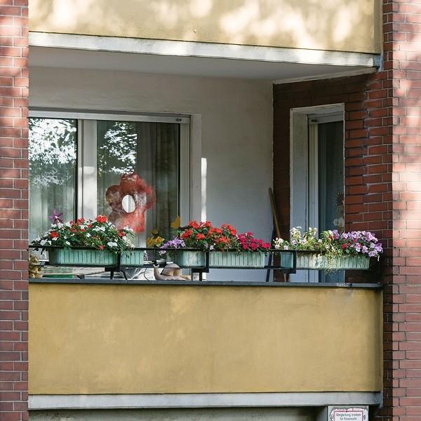 Zinkhüttenpark Detail Fassade Balkon mit Blumenkästen