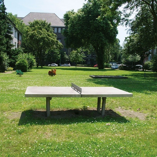 Zinkhüttenpark Außenansicht Spielbereiche mit Tischtennisplatte im Vordergrund
