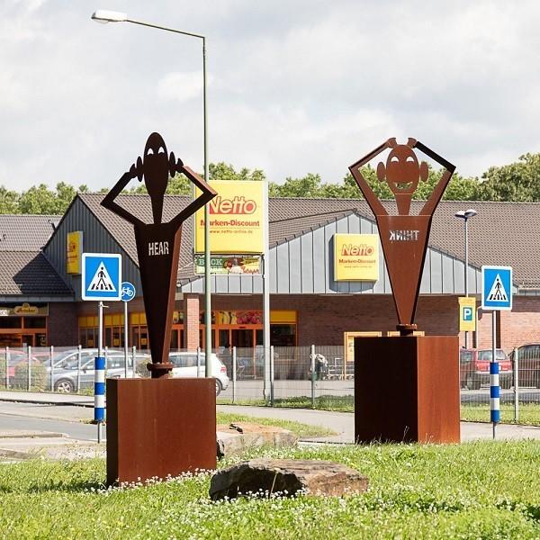 Zinkhüttenpark Umfeld Geschäft Netto mit figurativen Skulpturen aus rostendem Eisen davor