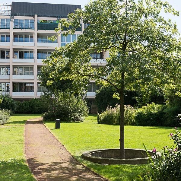 Prinzenpark Fassade Wohnhaus mit Baum und Parkanlage davor
