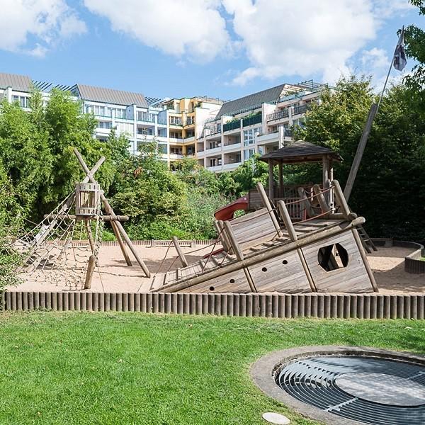 Prinzenpark Ansicht Spielplatz mit Wohnhäusern im Hintergrund