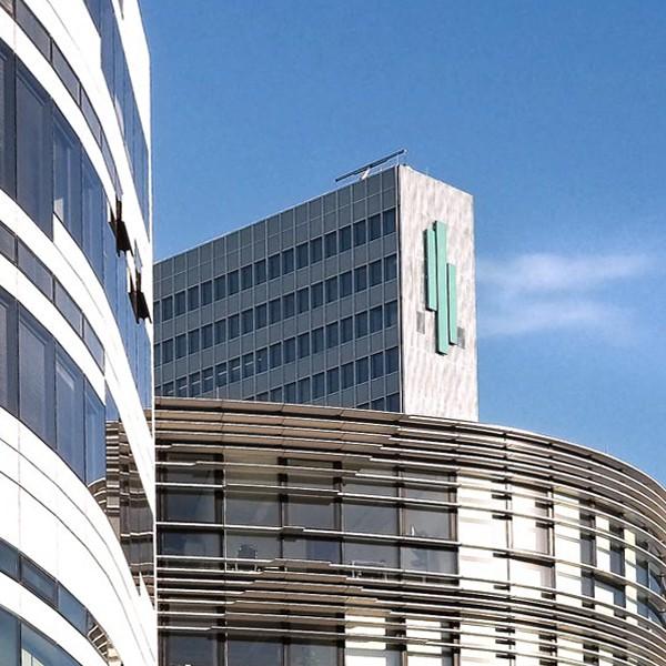 Ausschnitt Fassade Peek & Cloppenburg und Breuninger am Kö-Bogen