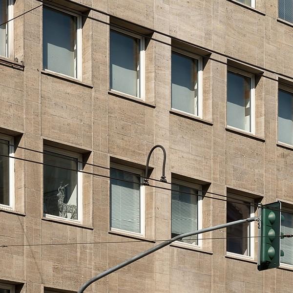 Jacobistraße Detail Fassade Fenster teils mit Jalousetten davor teils offen