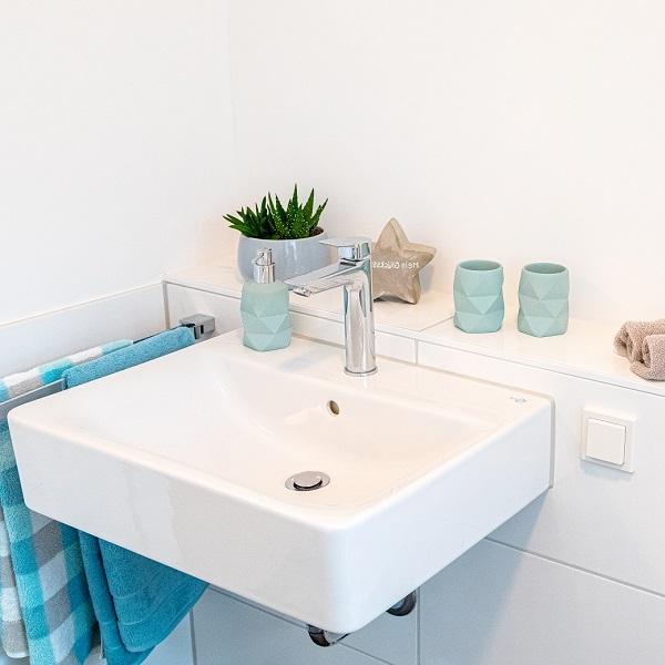 Arcadia Höfe sample apartment bathroom detail white sink
