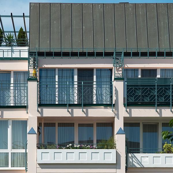 Prinzenpark Ausschnitt Fassade mit Balkonen des rosa Wohnhauses